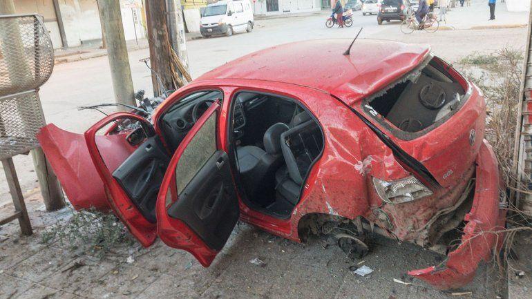 El Volkswagen Gol se subió a la vereda de La Esmeralda y tras arrancar varios árboles de cuajo