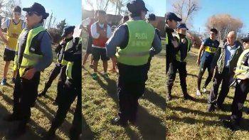 chicos jugaban un partido en la plaza y la policia los quiso detener
