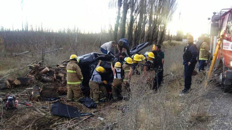 Impactante: Intentó sobrepasar un camión, perdió el control y volcó