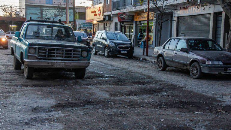 Un sector de la calle Ecuador muestra pozos y desniveles al por mayor.