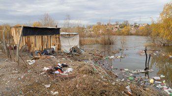 el rio sube y ya rodea las viviendas en costa norte