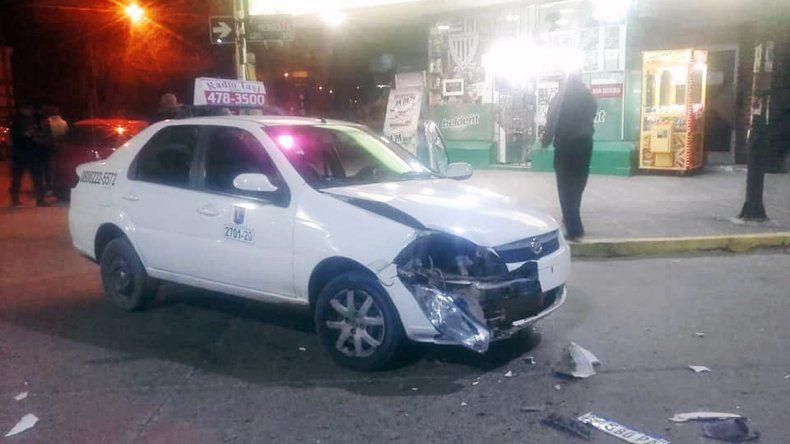 Se metieron en contramano y chocaron a un taxista