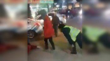intentaron detenerla, se resistio y le quebro un dedo a un policia
