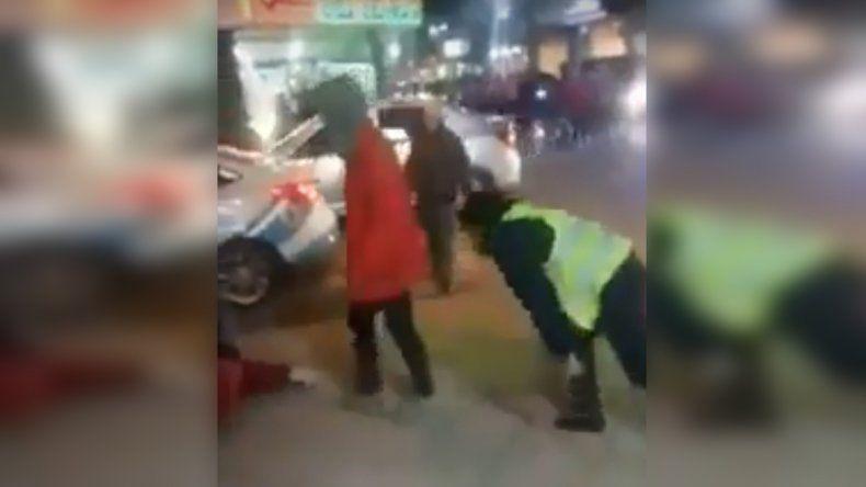 Intentaron detenerla, se resistió y le quebró un dedo a un policía