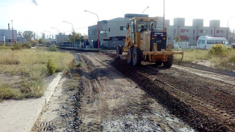 Las máquinas municipales trabajan en el mantenimiento de calles.