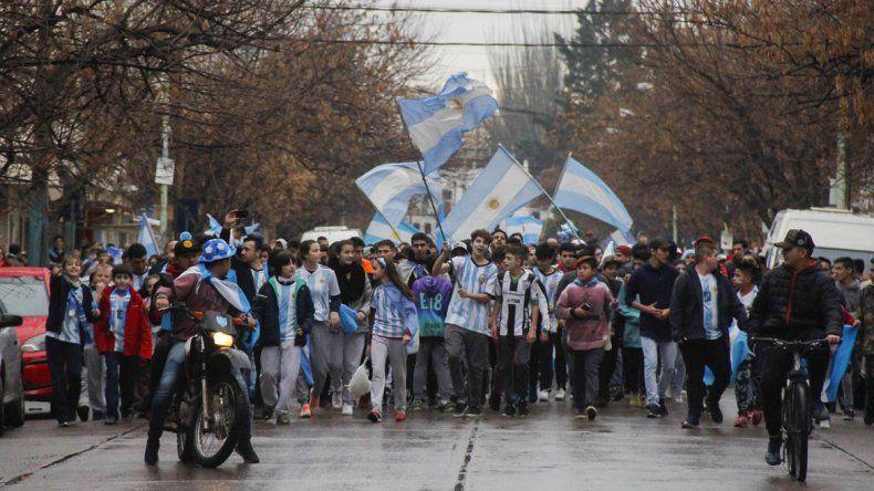 Una multitud de cipoleños copó el centro y festejó el pase a octavos de la Selección