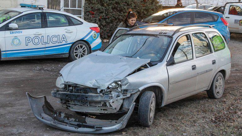 El Chevrolet Corsa resultó dañado en la parte frontal.