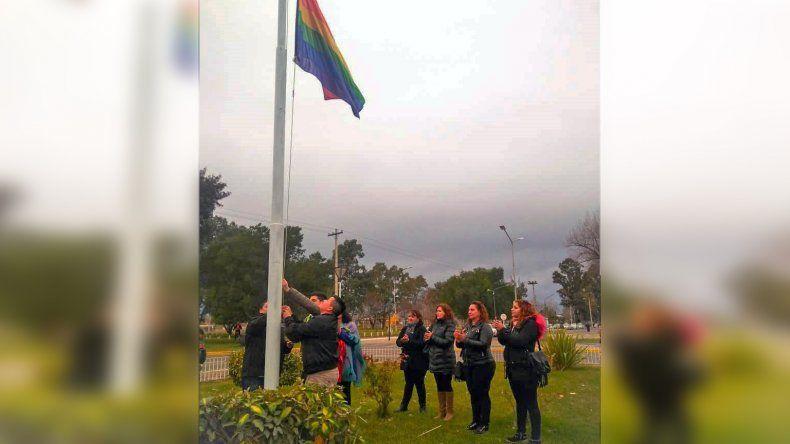 Allen: izaron por primera vez la bandera del Orgullo