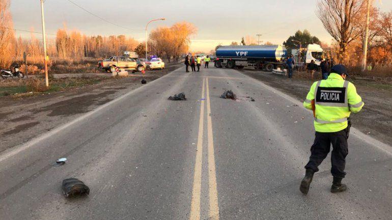 Un motociclista murió en un brutal accidente en la Ruta 22: llevaba un nene a la escuela