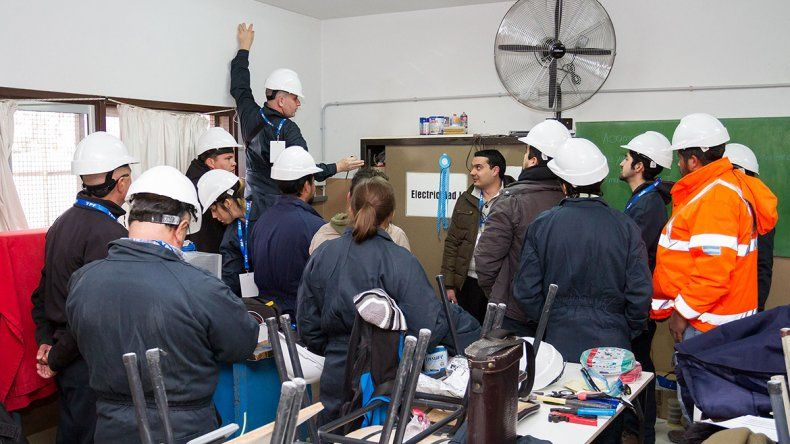 Ayer instalaron los paneles solares en el techo del CET 30