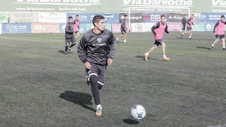 Seguel fue uno de los nombres que continuó entrenando tras culminar el último Federal A y jugó el partido de la Copa ante Arsenal en Cutral Co.