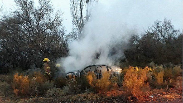 Dejó calentando el auto, se lo robaron y lo prendieron fuego