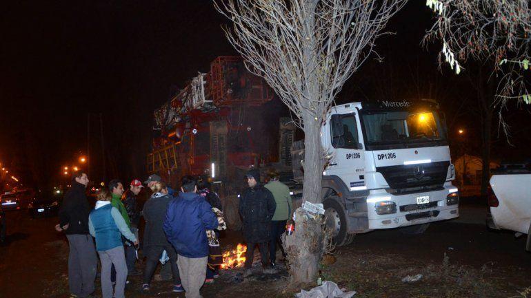 El camión enganchó el tendido eléctrico y dejó a varias familias del barrio 4 de Agosto sin luz. No lo dejaron seguir.