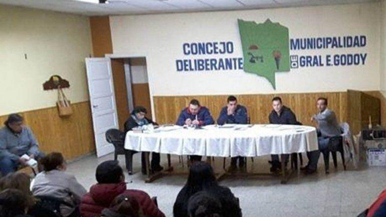 Denuncian al intendente de Godoy por golpear a un concejal