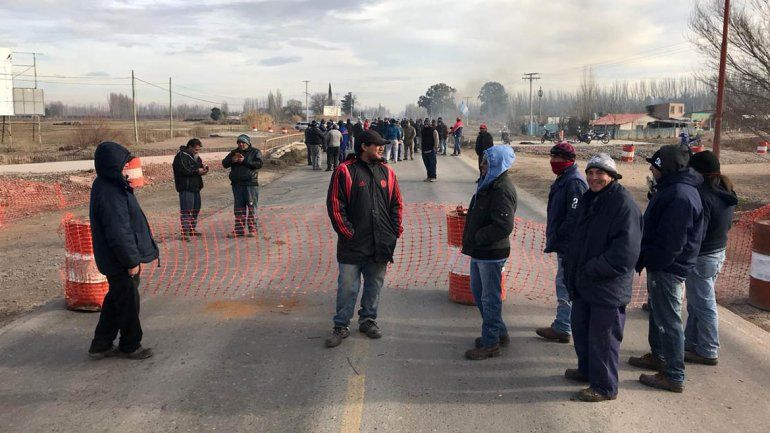 Trabajadores rurales cortan la Ruta 22 en la zona de Fernández Oro