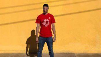 Alasia posando con el escudo de Juventud de San Luis, su nuevo club.