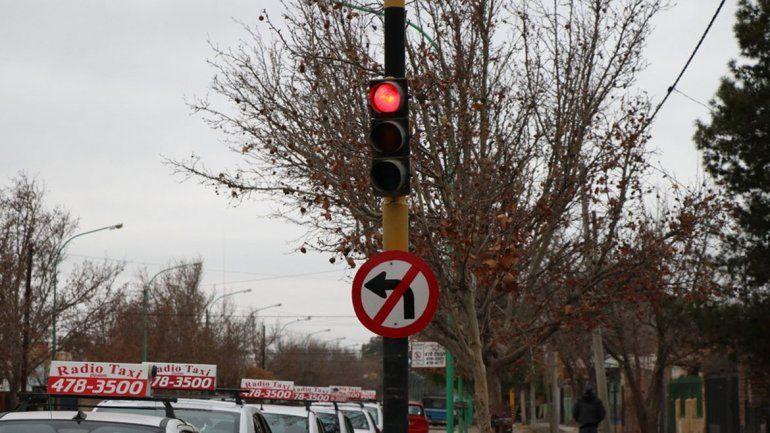 Los semáforos son cambiados por nuevos con tecnología led.