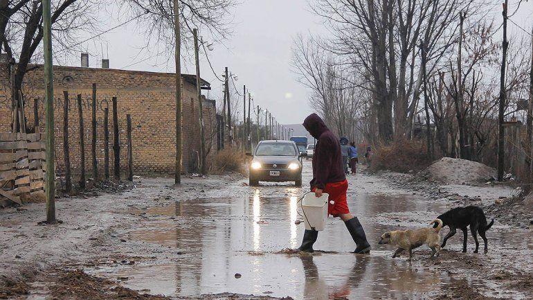 En plena madrugada los vecinos debieron salir con sus palas para evitar la inundación