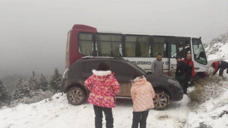 Un colectivo derrapó camino al Cerro Otto y casi cae por un precipicio