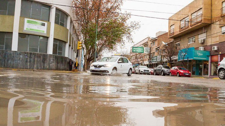 Gran parte de las calles de Cipolletti amanecieron ayer bajo agua
