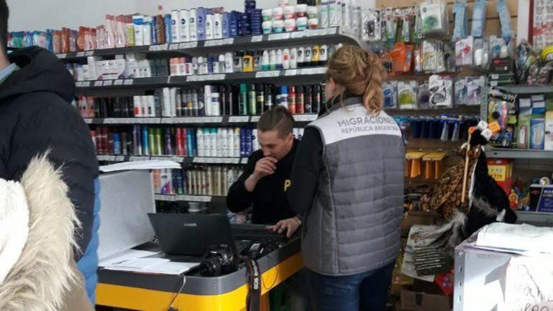Allanaron dos supermercados chinos de Cinco Saltos por presunta trata de persona