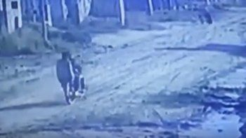 motochorros intentaron entrar a una casa y los vecinos los escracharon en las redes