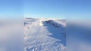 mira como el tren patagonico se abre paso en un desierto de nieve