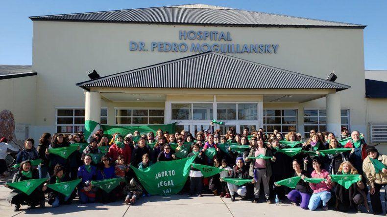 Martes verde: realizaron un pañuelazo en el hospital por la legalización del aborto