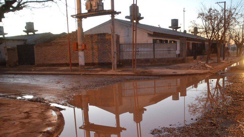 Las calles están inundadas con aguas de la cañería cloacal.