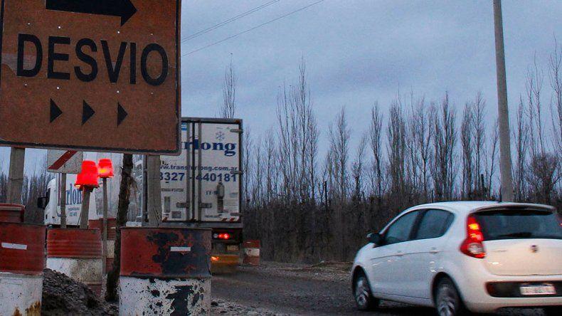 Los caminos alternativos ya no soportan el flujo vehicular y están en pésimo estado. Por eso