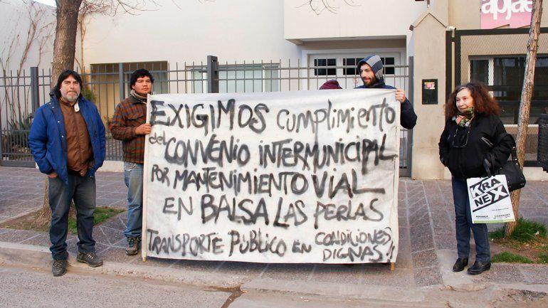 Vecinos de Las Perlas protestaron ayer frente al Municipio de Cipolletti.