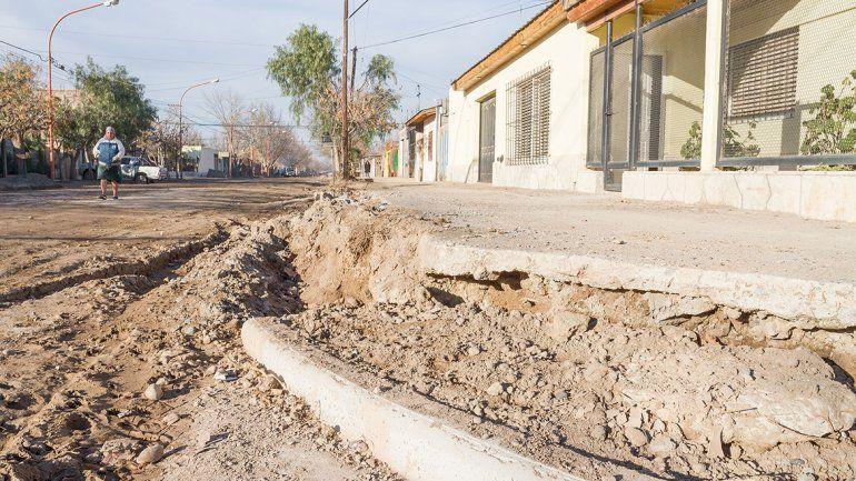 El cordón cuneta no avanza desde hace un mes y los vecinos sufren inundaciones con las lluvias. Además