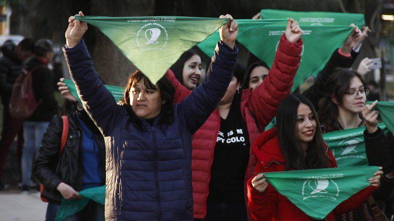 Vigilias y marchas en Cipolletti para esperar el debate en el Senado