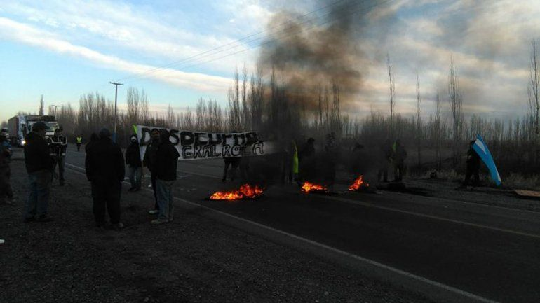 Obreros de la construcción cortan la Ruta 22 en Roca