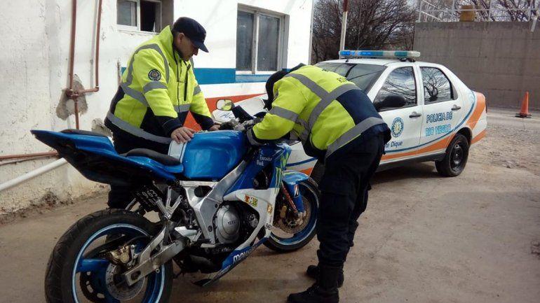 Traían una moto robada en Mendoza y fueron atrapados por la Policía