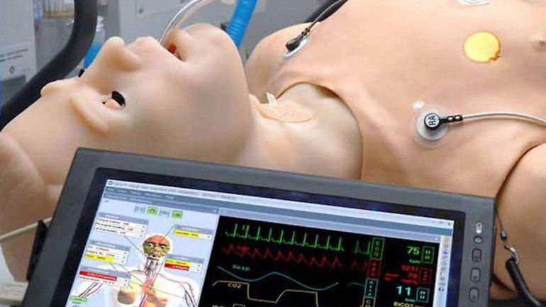 El robot utiliza programas de computación para simular patologías.
