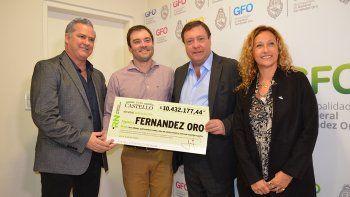 weretilneck entrego fondos a la municipalidad de fernandez oro