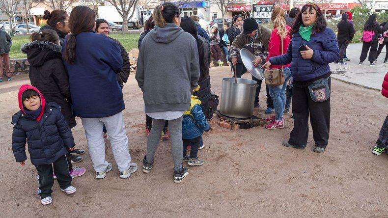 Organizaciones sociales realizaron una olla popular en la plaza San Martín.