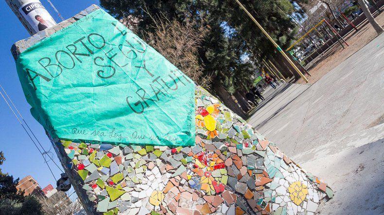 Cipolletti ayer amaneció repleta de pañuelos verdes en la vía pública.