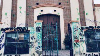vecinos indignados por las pintadas en la iglesia tras la movilizacion