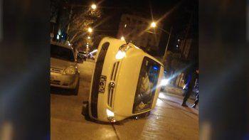 un adolescente perdio el control, choco un auto y volco