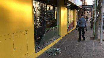 los rompevidrios destruyeron dos locales para robar dinero y comida
