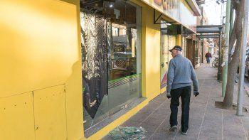 Los vecinos no dejaban de asombrarse por los destrozos en los locales.