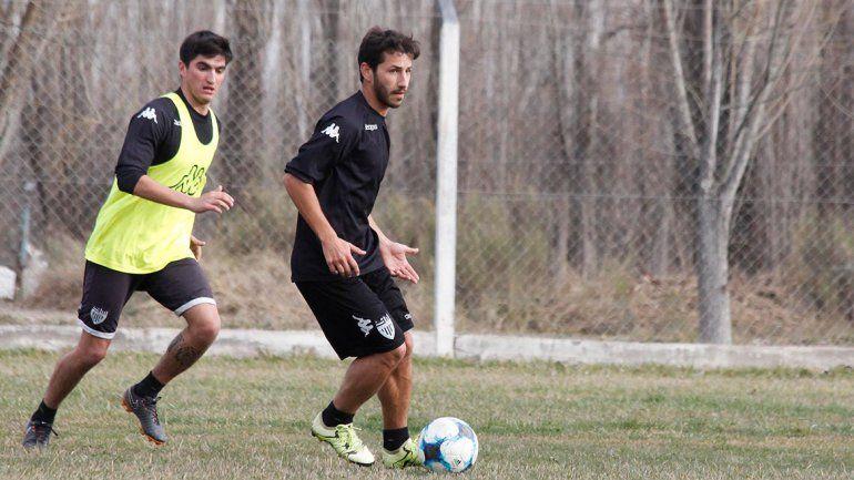 Chironi juega seguro en la mitad de cancha junto a De la Fuente.