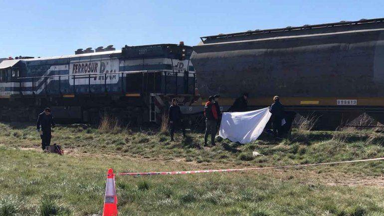 El joven estaba tendido sobre las vías y no reaccionó a la llegada del tren. Su familia cree que algo le pasó.