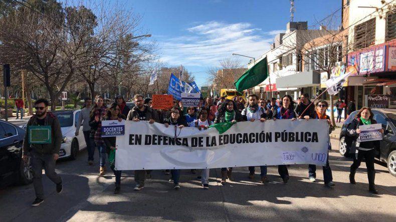Docentes y estudiantes de la UNCo coparon las calles cipoleñas por la crisis universitaria