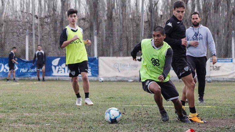 García (al fondo) tendrá la chance de mostrarse en la defensa.