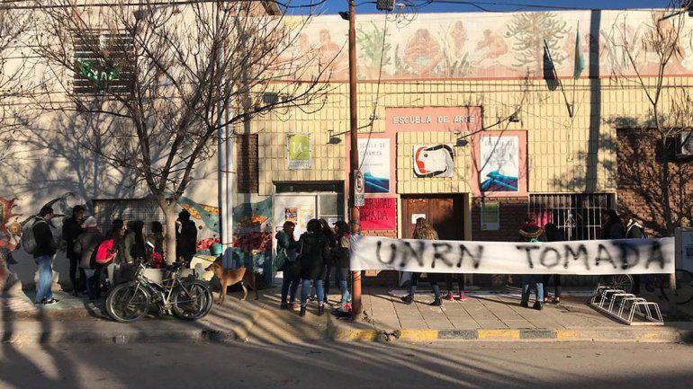 Estudiantes y docentes tomaron el edificio de la Universidad Nacional de Río Negro en Cipolletti
