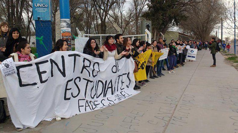 Miles de estudiantes y docentes abrazaron a la UNCo en Roca para exigir el presupuesto