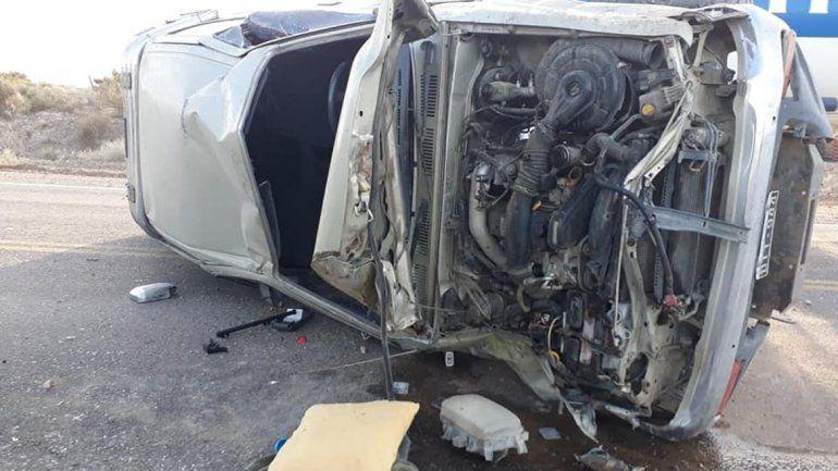 Intentó sobrepasar a un camión y volcó: su mamá terminó en el hospital
